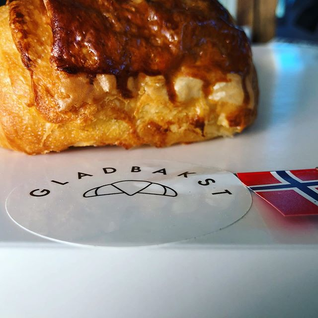 How to celebrate properly the 17th of May in Norway 😋 🇳🇴 ••• @gladbakst #freshpastries #viennoiseries #mercifrida #17mai #norway #notjustaboutcoffee