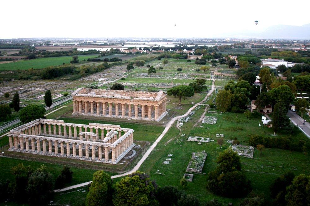 Visione_aerea_da_mongolfiera_dei_templi_di_Era_e_Poseidone.JPG