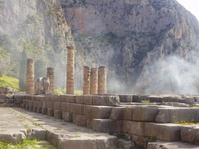 Modern photograph of the ruins of the Temple of Apollo at Delphi. Photo by Laslovarga CC BY-SA 3.0