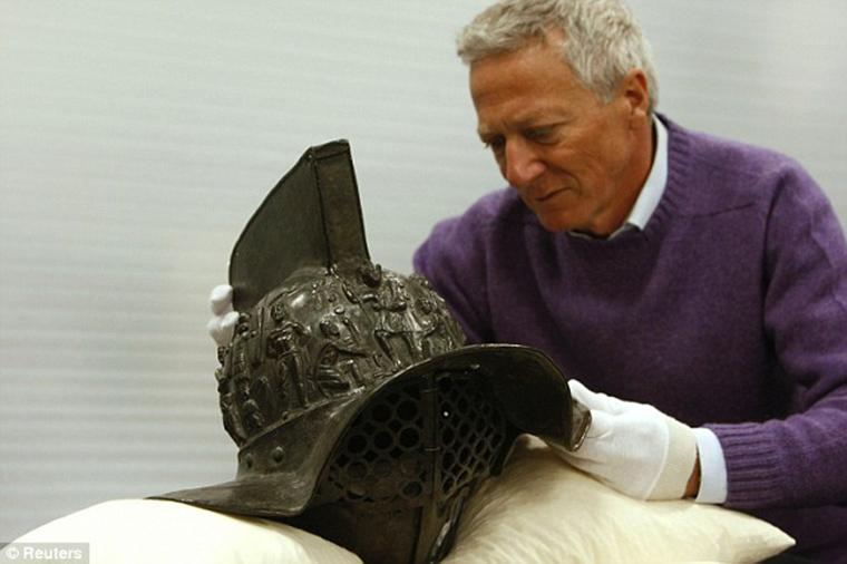 2000-year-old-gladiator-helmet-Pompeii-2.jpg