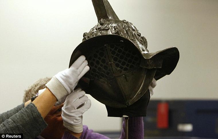 2000-year-old-gladiator-helmet-Pompeii-4.jpg