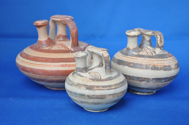 False-necked amphoras (stirrup jars) found in the tombs  [Credit: Ephorate of Antiquities of Corinth]
