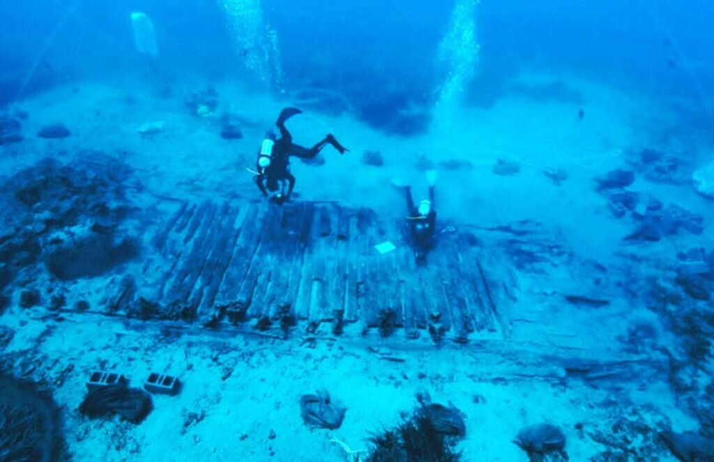 Divers recovering objects from the wreckage of the  Mentor . Courtesy of Greece Department of Sport and Culture.