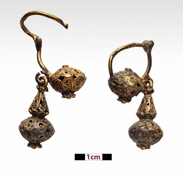 A Pair of golden earrings. Photo: P. Vezyrtzis.