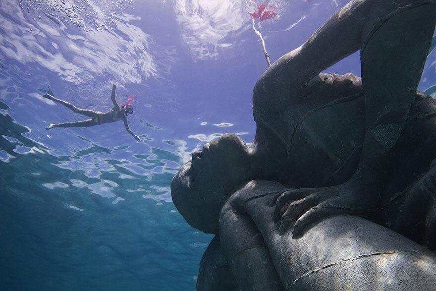 ocean-atlas-bahamas-underwater-sculpture-jason-decaires-taylor-2.jpg