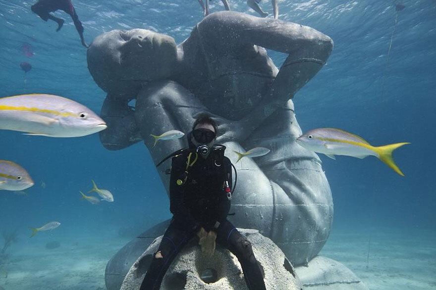 ocean-atlas-bahamas-underwater-sculpture-jason-decaires-taylor-4.jpg