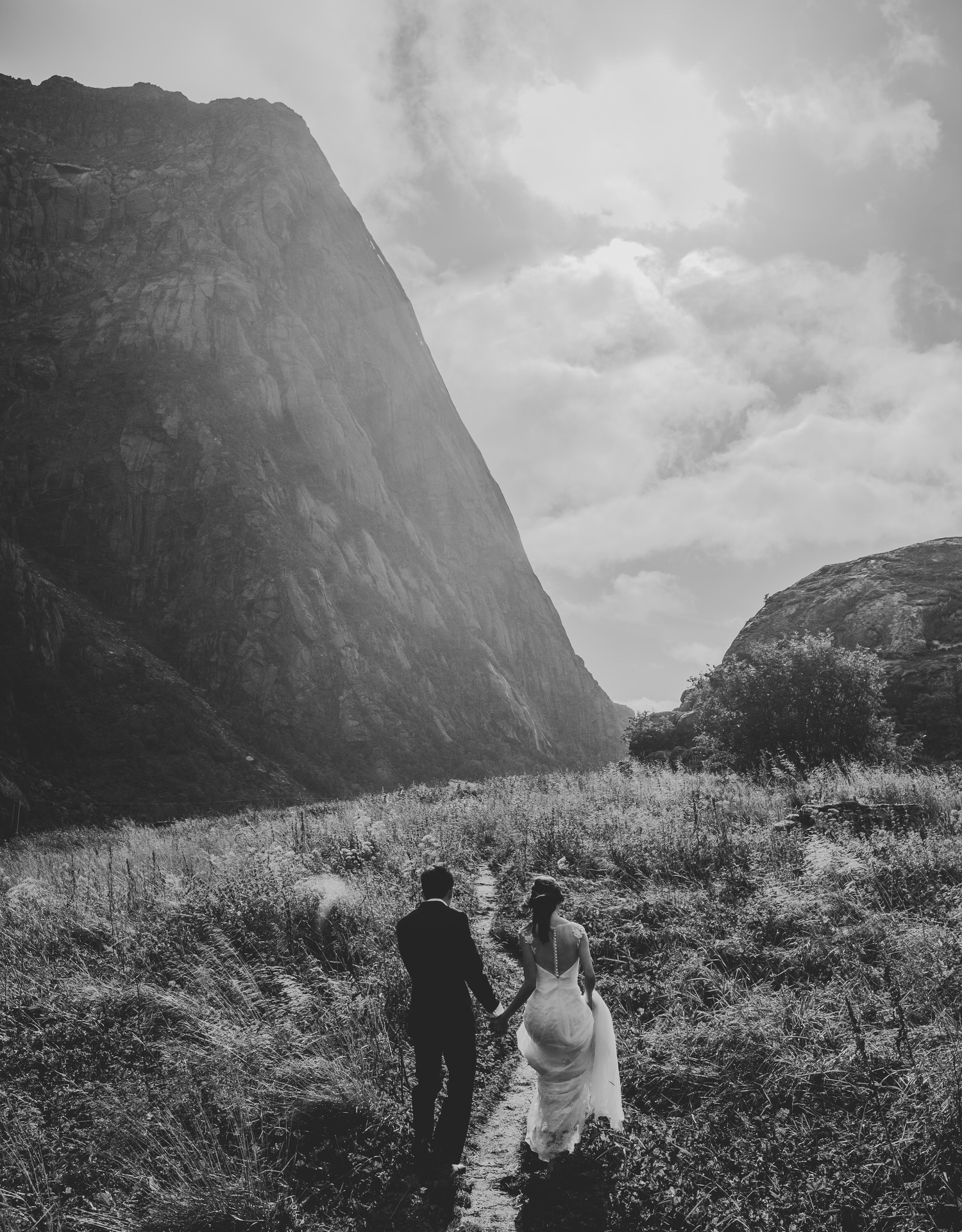 One more from the Lofoten pre wedding shoot. This image is such a good metaphore I think. It's the beginning of these two people's lives together, they don't know where it will lead them, but they are together!