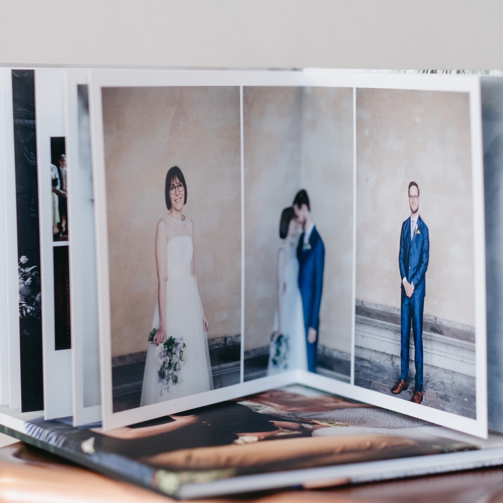 Bröllopsalbum!  Vi hjälper er att välja bilder och designar ett förslag som ni kan utgå ifrån om ni vill justera något.