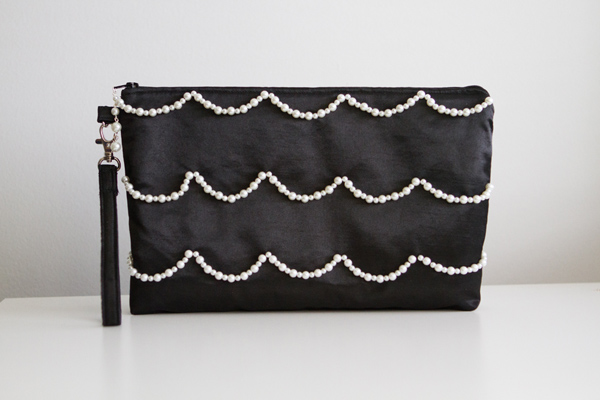 Size of the clutch: about 28 x 16 cm
