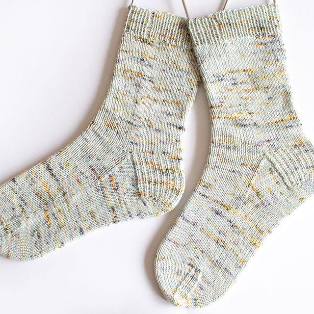 I forgot to share this pair here! Simple socks made with @yarnink Monet colourway 💚 Details are on my blog! . こちらにアップするのを忘れてましたが、シンプルな手編み靴下出来ました🧦 この手染め糸は、モネという色名です😍 詳細はブログにて。 . #yarnink #sockknitting #ayabuttons #ayabuttonsknits #knittingblogger #編み物 #手編み靴下 #編み物ブログ #handknitsocks