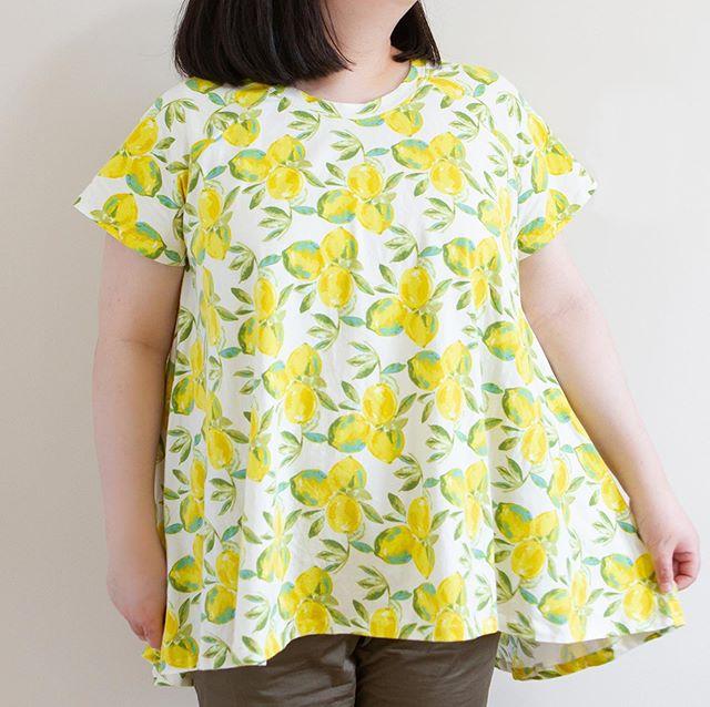 The most summery t-shirt ever 🍋 Love @artgalleryfabrics Yuma Lemons + @closetcase.patterns #EbonyTee combo 💛 As always, you can find the details on my blog! . 夏らしくて爽やかなレモンTシャツ🍋🍋 SNS洋裁界でも大人気のArt Gallery Fabricsのこのレモン柄、私はニット生地をゲットしました。ラグランTシャツの型紙とも相性抜群。詳細はブログにて💛 . #closetcasepatterns #artgalleryfabrics #yumalemons #sewist #sewcialists #sewingblogger #洋裁 ##ソーイング大人服 #海外パターン #ハンドメイドブログ