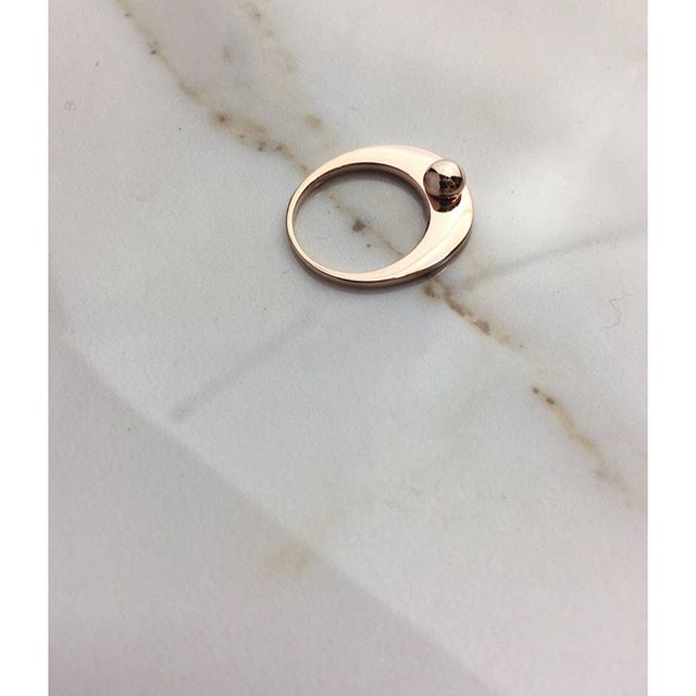 Piatto Ring with Drop. Looove it in Recycled 14K Pink Gold!!!!!!! #happysaturday . . . . #aglaia #aglaiajewelry #ring #gold #iloveit #love #cool #elegant #chic #simple #minimal #youneedit #wtw #styleguide #giftforher #musthave #14k #pinkgold #summer #igers #instapic