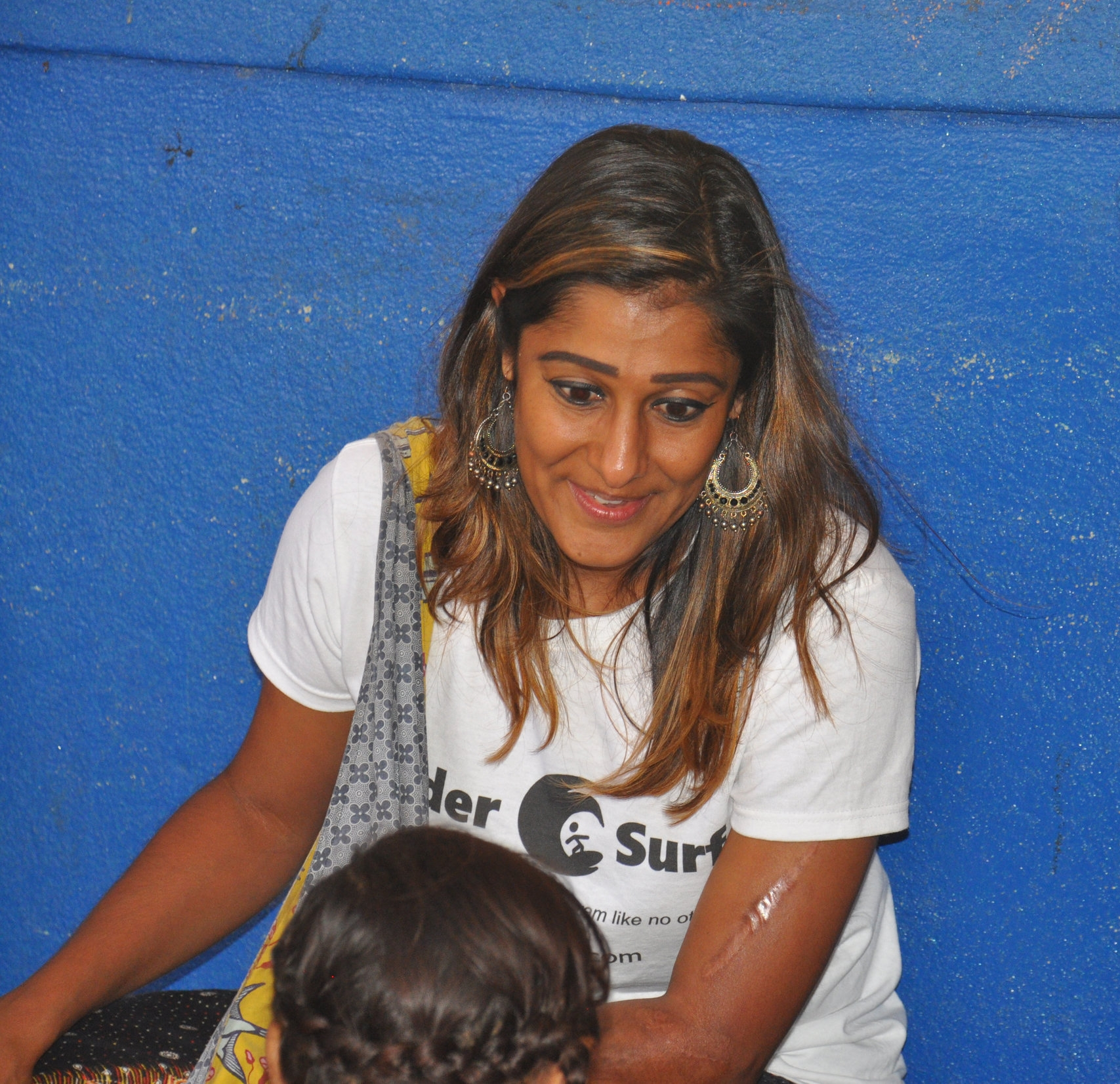 Suhana engaging with a Nicaraguan student during the LeaderSurf humanitarian aid day