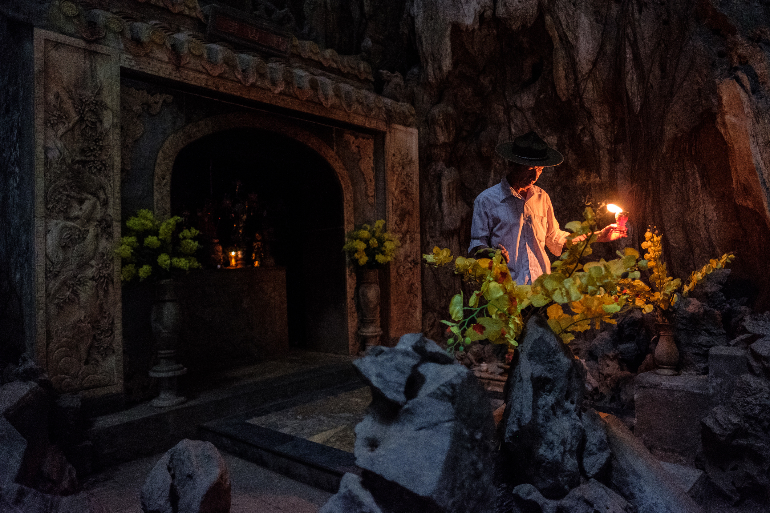 Lighting the shrines in the largest cave, Am Phu.