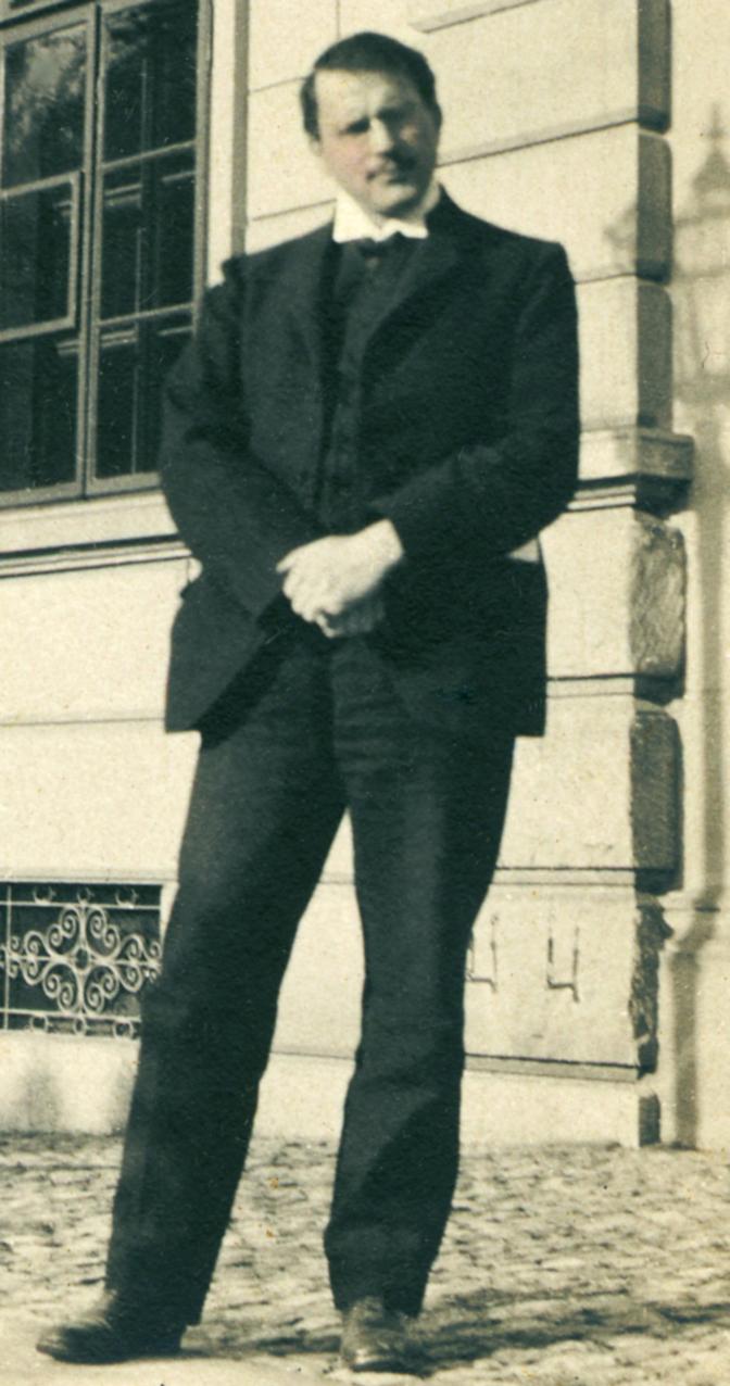 Jung outside Burghölzli hospital in 1910