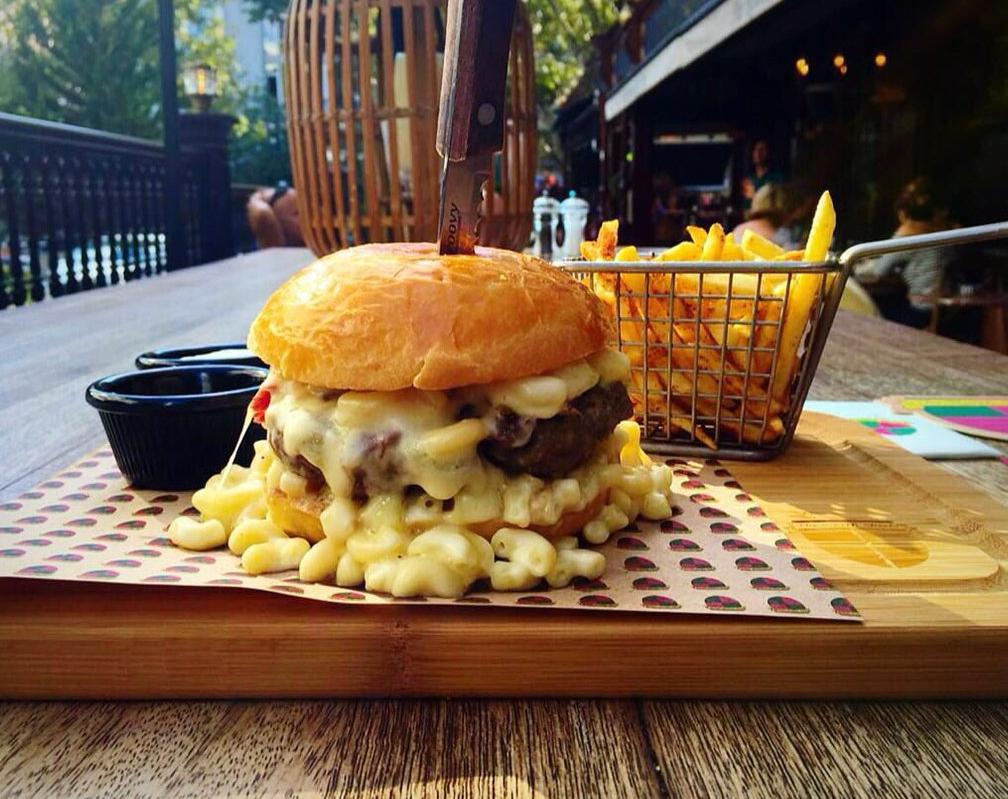 Mac&Cheese Burger....Hamburgere sığmayan makaronilere bakın...