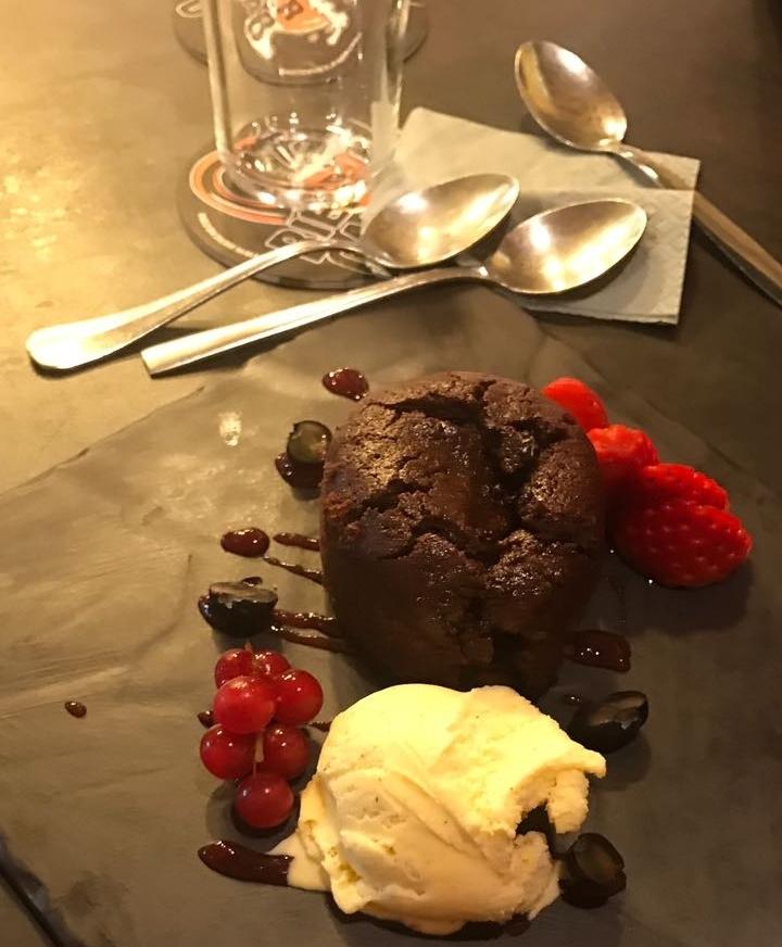 """""""Chocolate coulant"""", coulant Fransızca """"couler"""" fiilinden yani akmaktan geliyor, özetle """"akan çikolata"""". Sebebi basit: Bir çatal alın ve dakikalarca içindeki çikolata volkanının akmasını izleyin"""