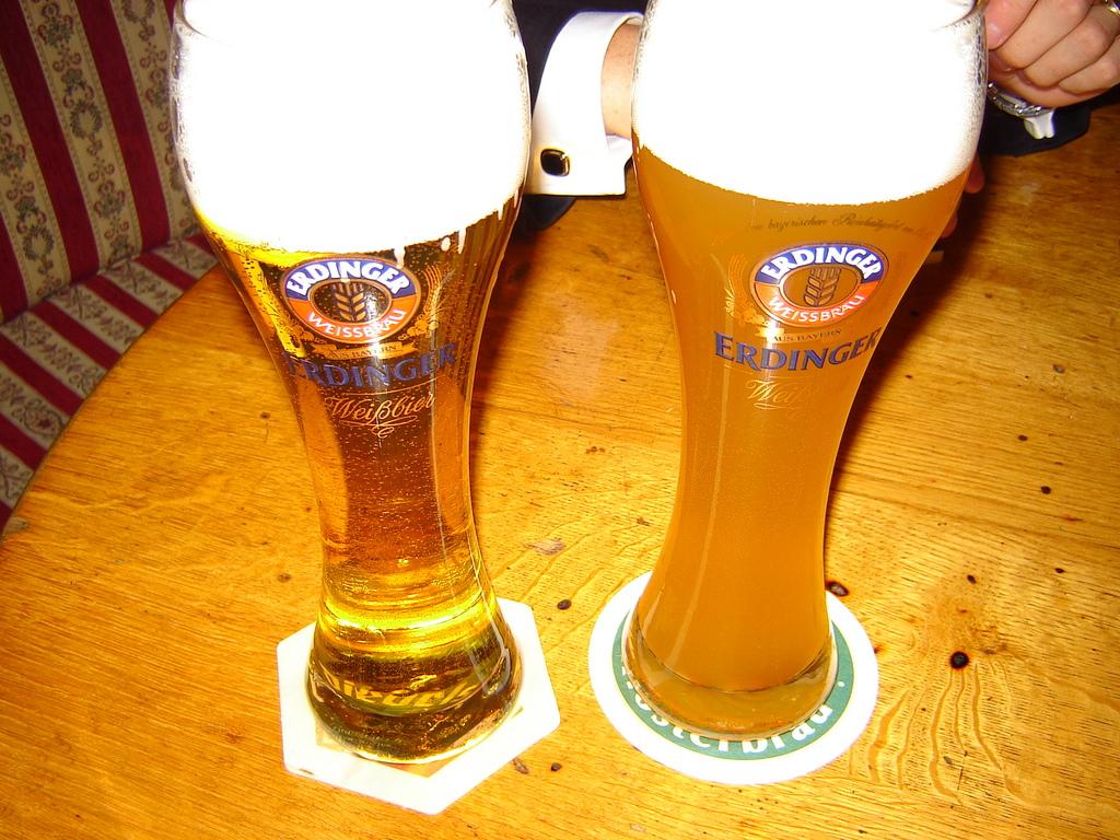 Solda filtrelenmiş buğday birası Kristalweizen, sağda da Bildiğimiz Erdinger Hefeweizen