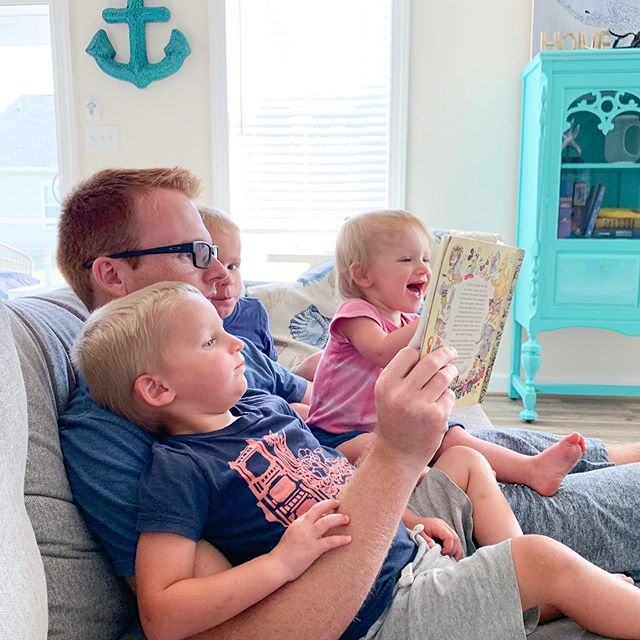 Reading time with daddy. The beach house my family rented has some cute kids toys and books in the one bedroom. 👏🏻 #raisingreaders