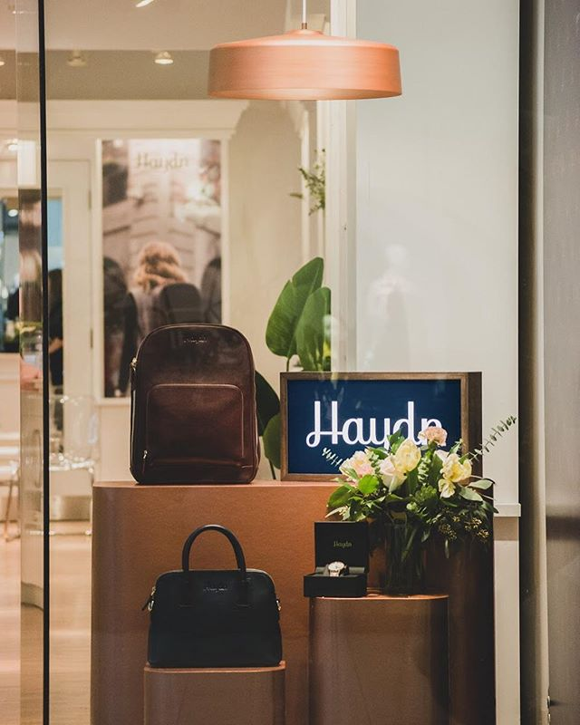 """Nous avons eu l'occasion de collaborer avec la marque de montres et d'accessoires, @haydnaccessories , pour leur seconde édition de boutique éphémère de la place Ste-Foy. L'aspect passager du projet nous a poussés à porter une attention particulière à tous les éléments produits afin qu'ils puissent être aisément réutilisés lors des prochains évènements du genre. Nous avons donc créé la """"Trousse Pop-Up Haydn"""". Le Pop-up se termine le 13 avril, mais reprendra du 10 au 31 mai, toujours au même endroit! @studiokiviv @quatro.design @new.liverpool.wood.shop @prune_les_fleurs #atelierfilz #interiordesign #shopdesign #copper #woodwork #bouquet @atelier_filz"""