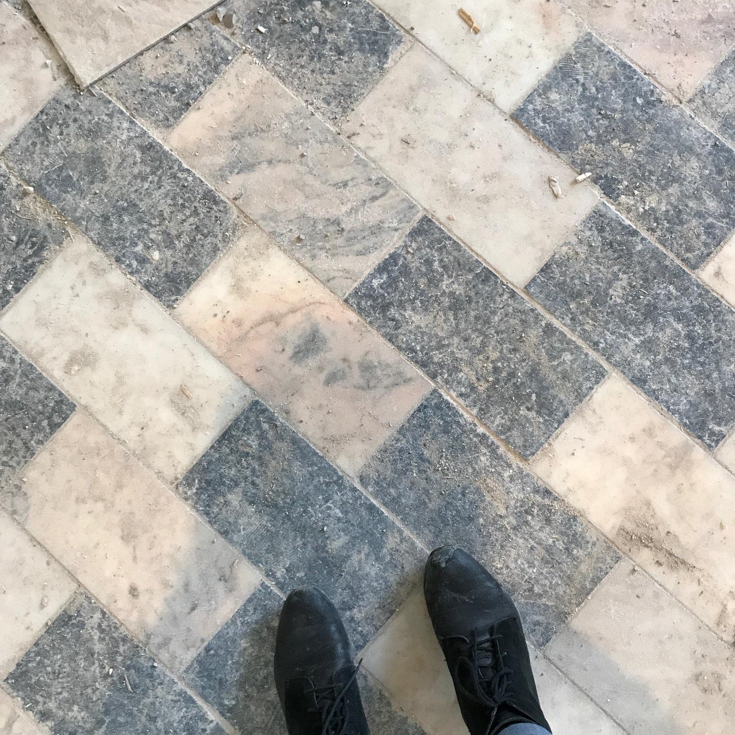 Plancher de marbre et d'ardoise existant dans le local