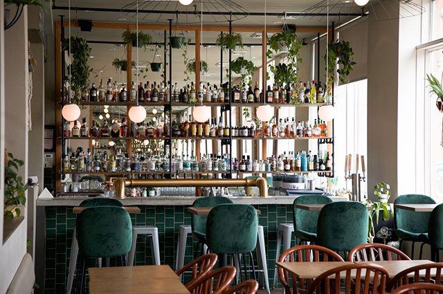 Le weekend arrivé, nous en profitons pour vous montrer nos plus récentes photos prises à @labuvetteducentro! Nos amis fêtaient leur première année d'opération et c'était une belle occasion de capter le travail que nous avons réalisé. Enfin! 😅  Si vous êtes à Sherbrooke, leur terrasse est à visiter absolument!  Merci Noémie et Charles !  Pour la petite histoire du projet, allez sur le lien dans notre bio 👍🏻 Bonne Fête nationale! #buvetteducentro #interiordesign #restaurantdesign #bardesign #atelierfilz #sherbylove #suawell