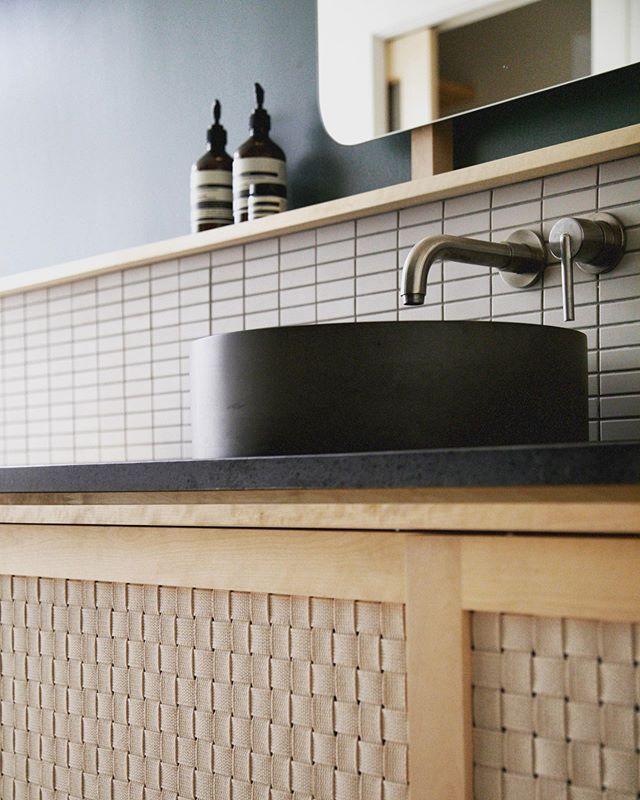 👀 Petit moment capturé dans la salle de bain du Projet Des Franciscains - Couleurs et textures au rendez-vous 😊 #bathroomdesign #interiordesign #residential #weaving #alotmoretocome #atelierfilz