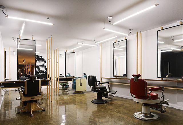 """Voilà déjà les 5 ans du @krwnbarbershop ! En 2016, avec leur équipe, on complétait notre premier projet """"officiel"""". C'est en étant témoin du résultat et du sentiment de fierté incroyable que ça procurait, que l'idée de l'entreprise est née. Peu de temps après l'ouverture du projet, Atelier Filz naissait🥳  L'esprit de savoir-faire traditionnel et d'authenticité vécu dans le local reflète les valeurs de l'équipe de barbiers, où seul un espace conçu et fabriqué sur mesure pouvait témoigner de l'expérience KRWN.  Bravo à @maxlebarbier et à @jaylebarbier, le frère d'Anthony, et à toute leur équipe pour leur courage et leur vision 🎉  #tresfort #interiordesign #qc #stroch #barbershop #design #atelierfilz"""
