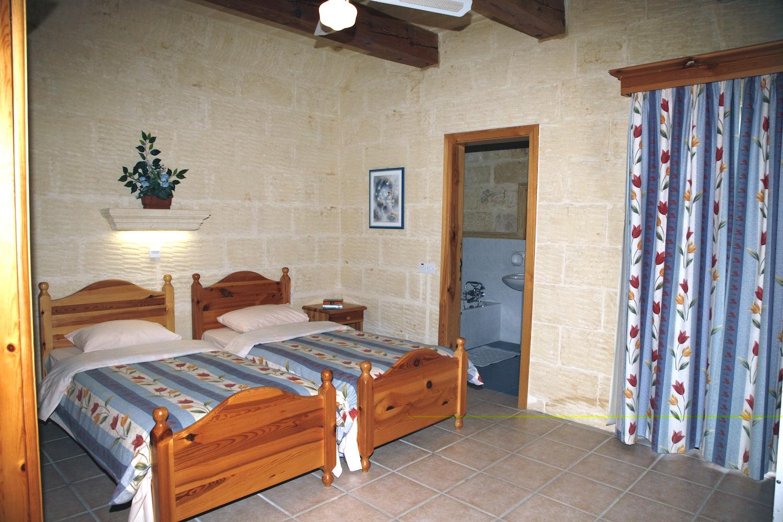Second single bedroom with en-suite shower bathroom
