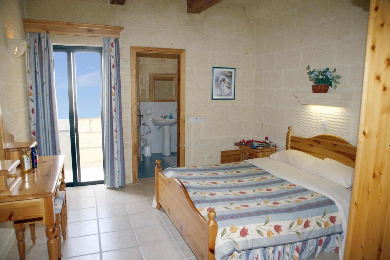 Master bedroom with en-suite shower bathroom