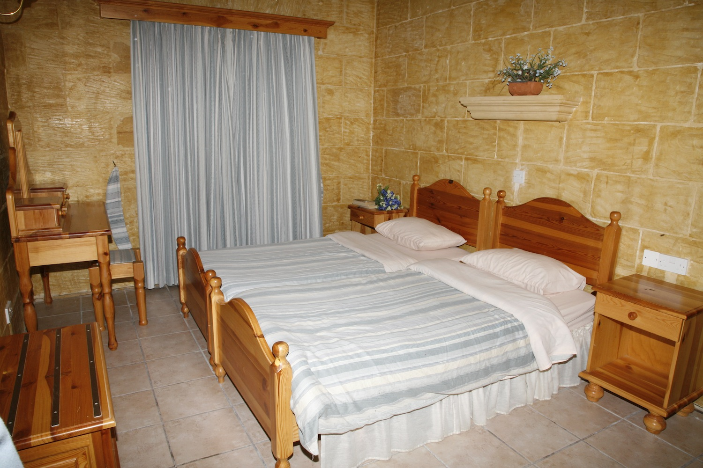 Second single bedroom with en-suite shower