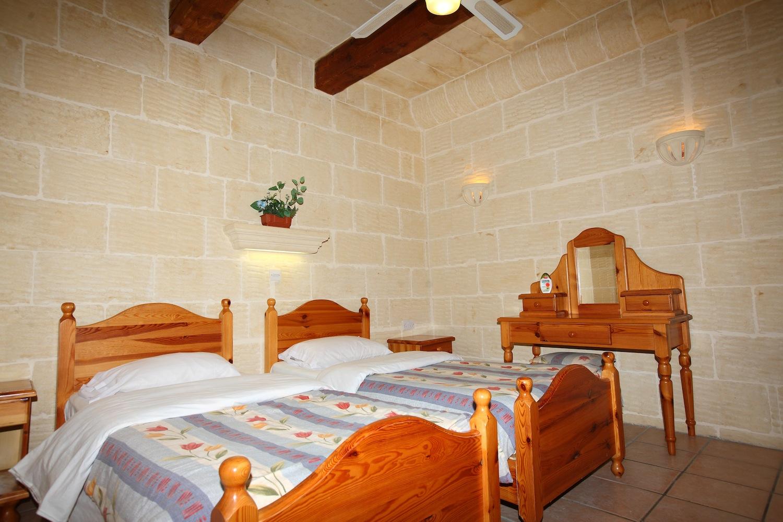 2nd single bedroom with en-suite shower bathroom