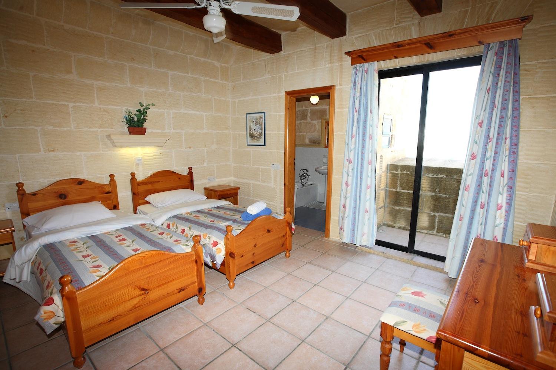 1st singe bedroom with en-suite shower bathroom