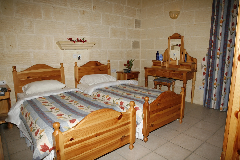 2nd single bedroom with en-suite shower