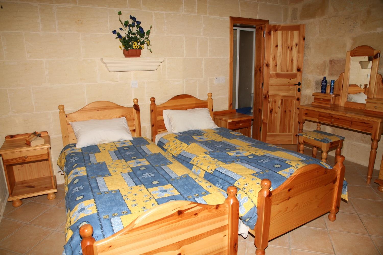 Single bedroom with en-suite shower