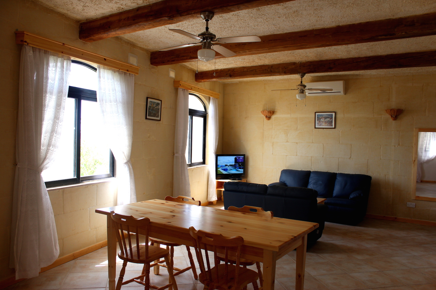 Combined living / dining area with free WiFi