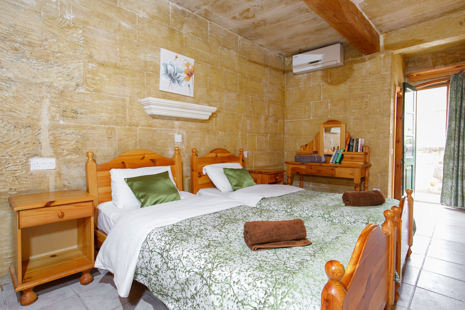 Ensuite twin bedroom no.3 with spacious balcony overlooking the street