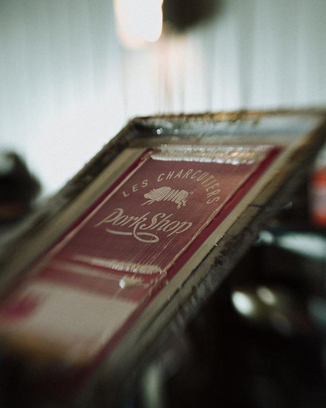 Gros coup de coeur pour la marque de vêtements Teaspoon, tellement que nous n'avons pas pu nous empêcher de faire une collab avec eux. Une entreprise d'ici qui offre des produits uniques faits à la main et qui partage nos valeurs. Ça c'est oui! • • • • • @teaspoon_brigade #teaspooner #charcuterie #art #serigraphie #collab #eat #snack #madeinquebec #handmade #charcutier #foodie #instalike #instadaily #porcduquebec #iga