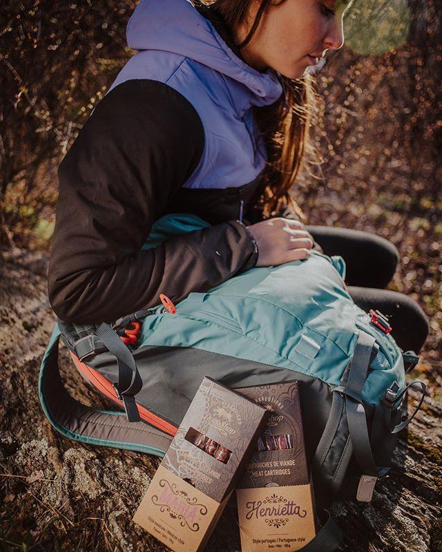 En randonnée, le moment favori de Camille c'est quand elle sort nos cartouches de viande de son sac à dos. Sans blague! Essayez-le! • • • • • #charcuterie #instafood #food #foodblogfeed #eatingforinsta #mtlfoodie #eat #snack #saucissons #charcutier #montreal #randonnee #trekking #forest #foodblogfeed #foodie #instalike #nature