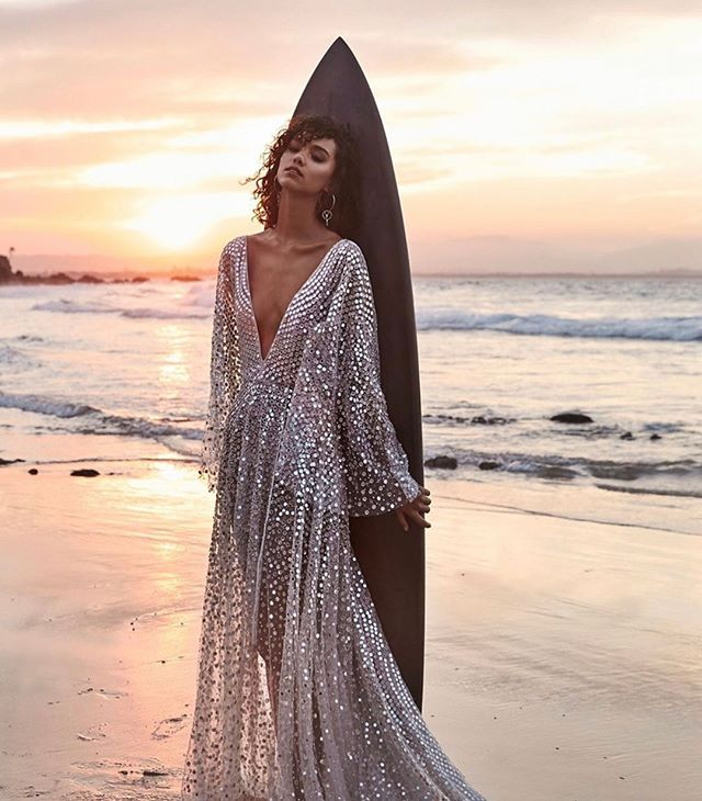 A little disco fever for your Thursday! ⠀⠀⠀⠀⠀⠀⠀⠀⠀ Love heart eyes for this effortlessly cool gown by @chosenbyoneday