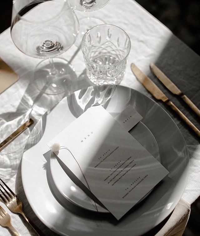Heidi from @the__romance layers our Mason Dinnerware and Gold Cutlery with a beautiful, contemporary feel! ⠀⠀⠀⠀⠀⠀⠀⠀⠀ We love this shadow play, caught on camera by @megankellyweddings