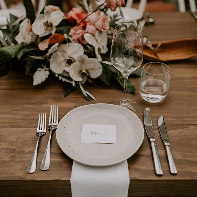 Out Earth Dinnerware in Natural, and Linen Napkins in White sitting pretty with blooms from @nikau.flowerbar shot by @jannekestorm