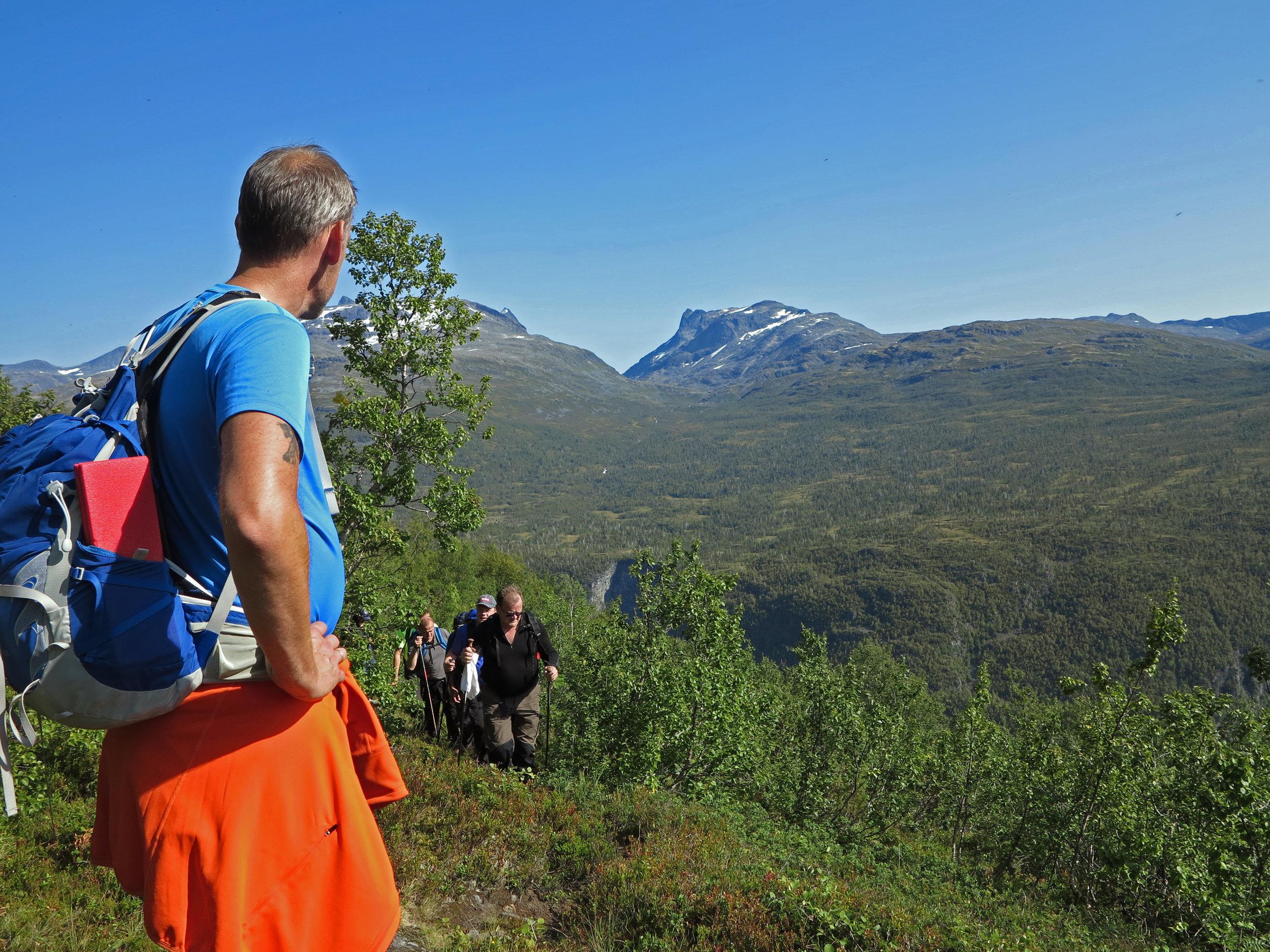 The hike from Stølsmaradalen to Avdalen Gard offer many viewpoints towards the mountainpeaks of Jotunheimen, the valley of Utladalen and the Vettisfossen waterfall. Photo: www.bulderogbrak.no