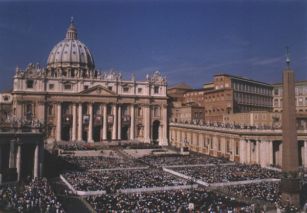 An overview of the large crowd gathered for the Beatification.