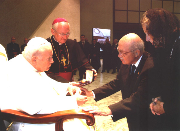 H.I.R.H. Archduke Otto of Austria and his wife, Archduchess Regina, present Pope John Paul II with a gift.
