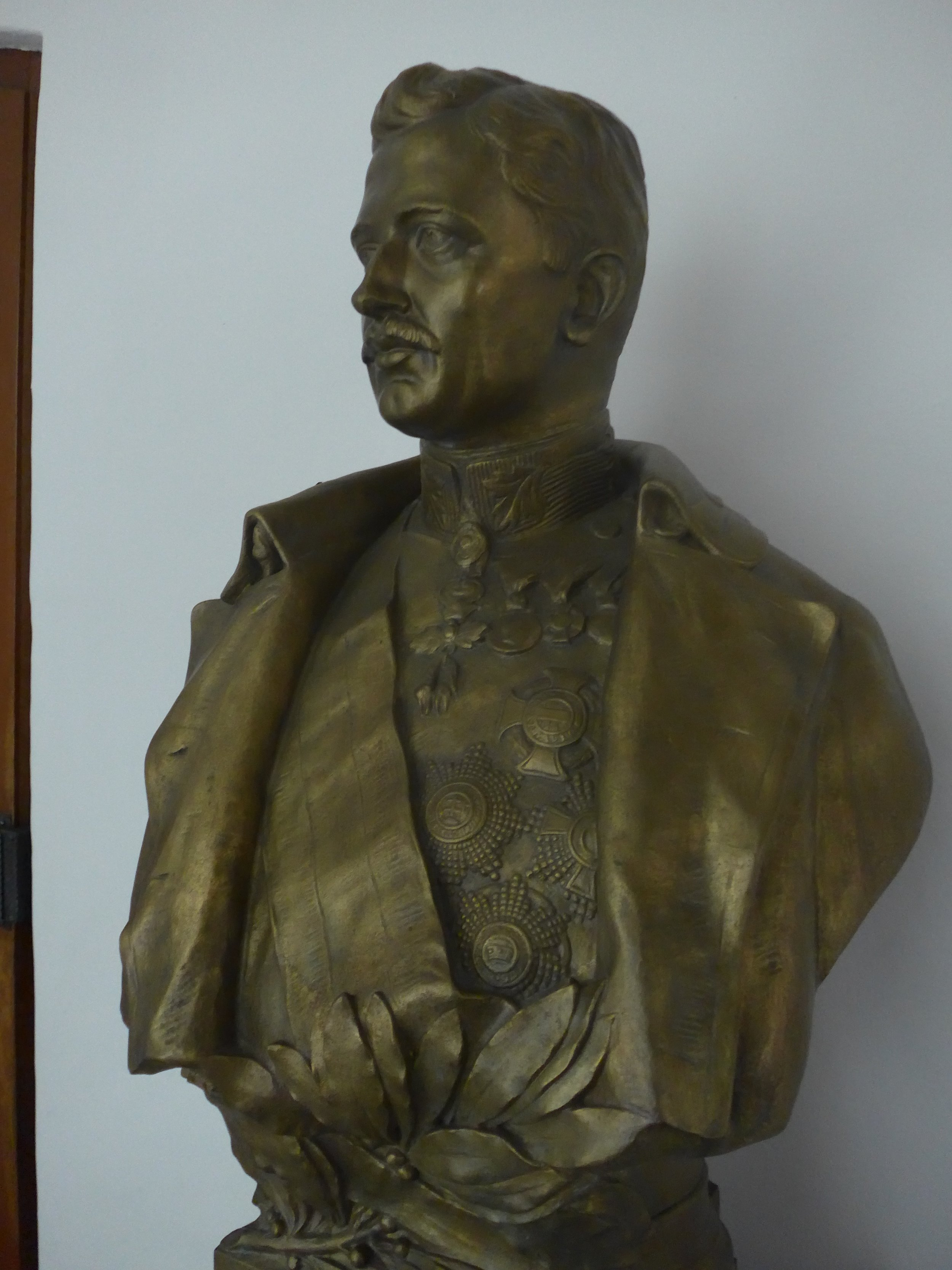Karl Bust, Side View