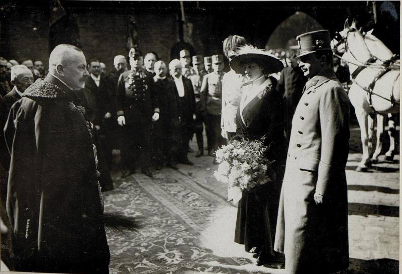 Karl, in military uniform, visits Krakow, Poland accompanied by his wife Zita in 1917.