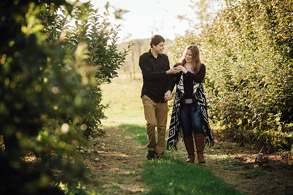 fall_apple_orchard_engagement-photography001.jpg