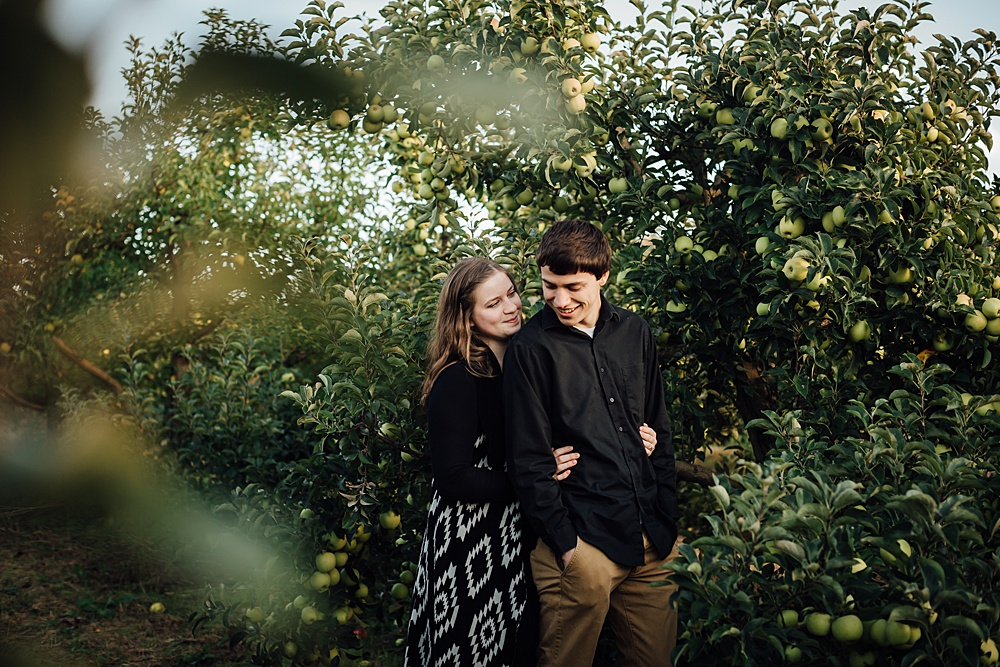fall_apple_orchard_engagement-photography011.jpg