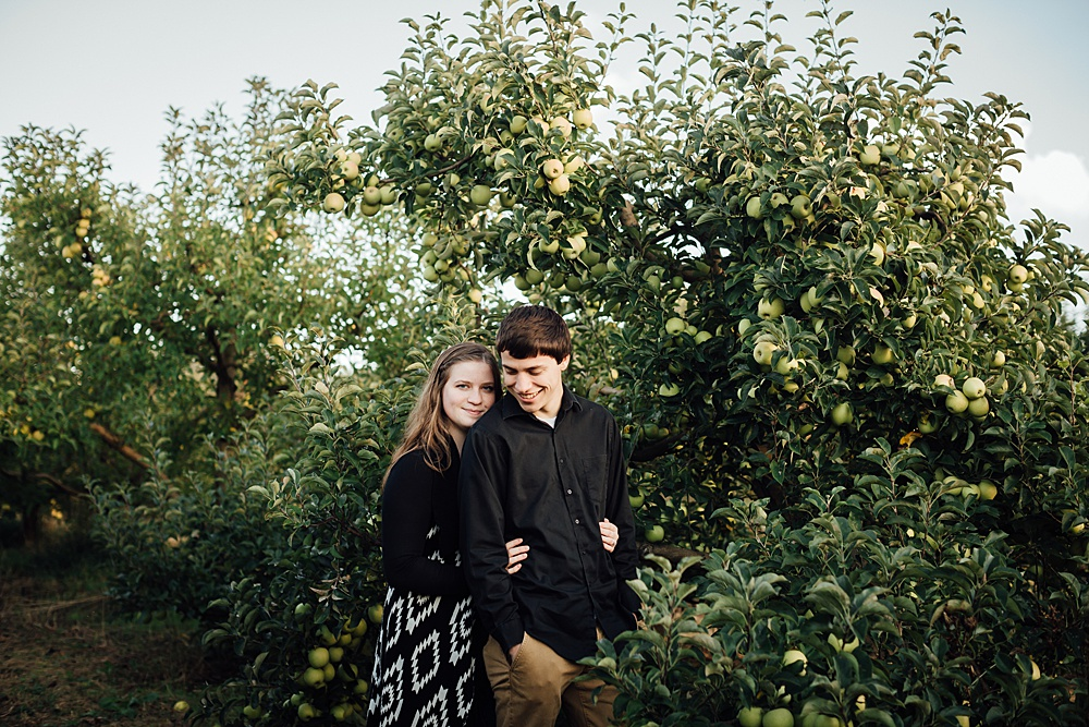 fall_apple_orchard_engagement-photography013.jpg